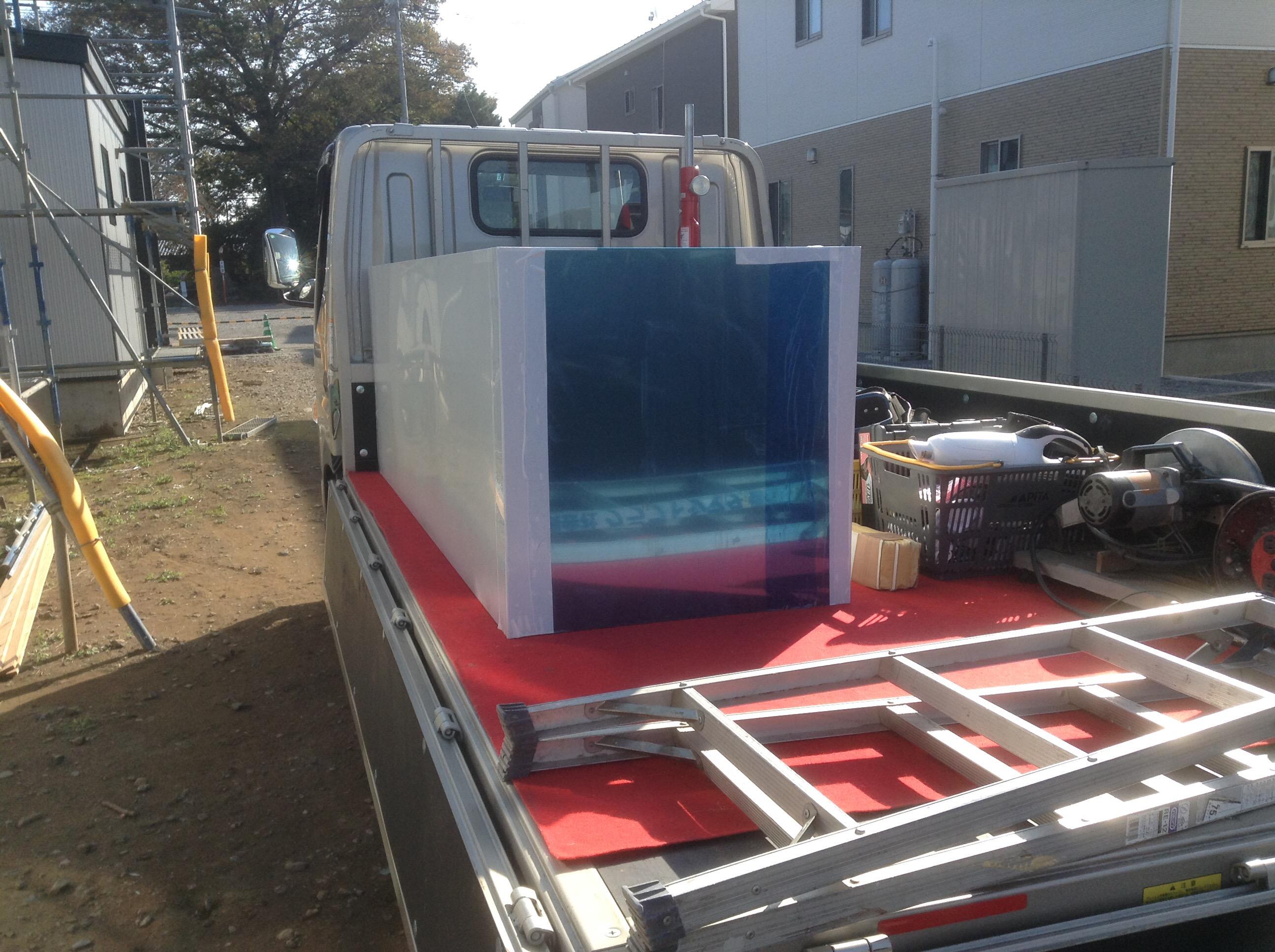 トラックに載せて厨房フード運んでます