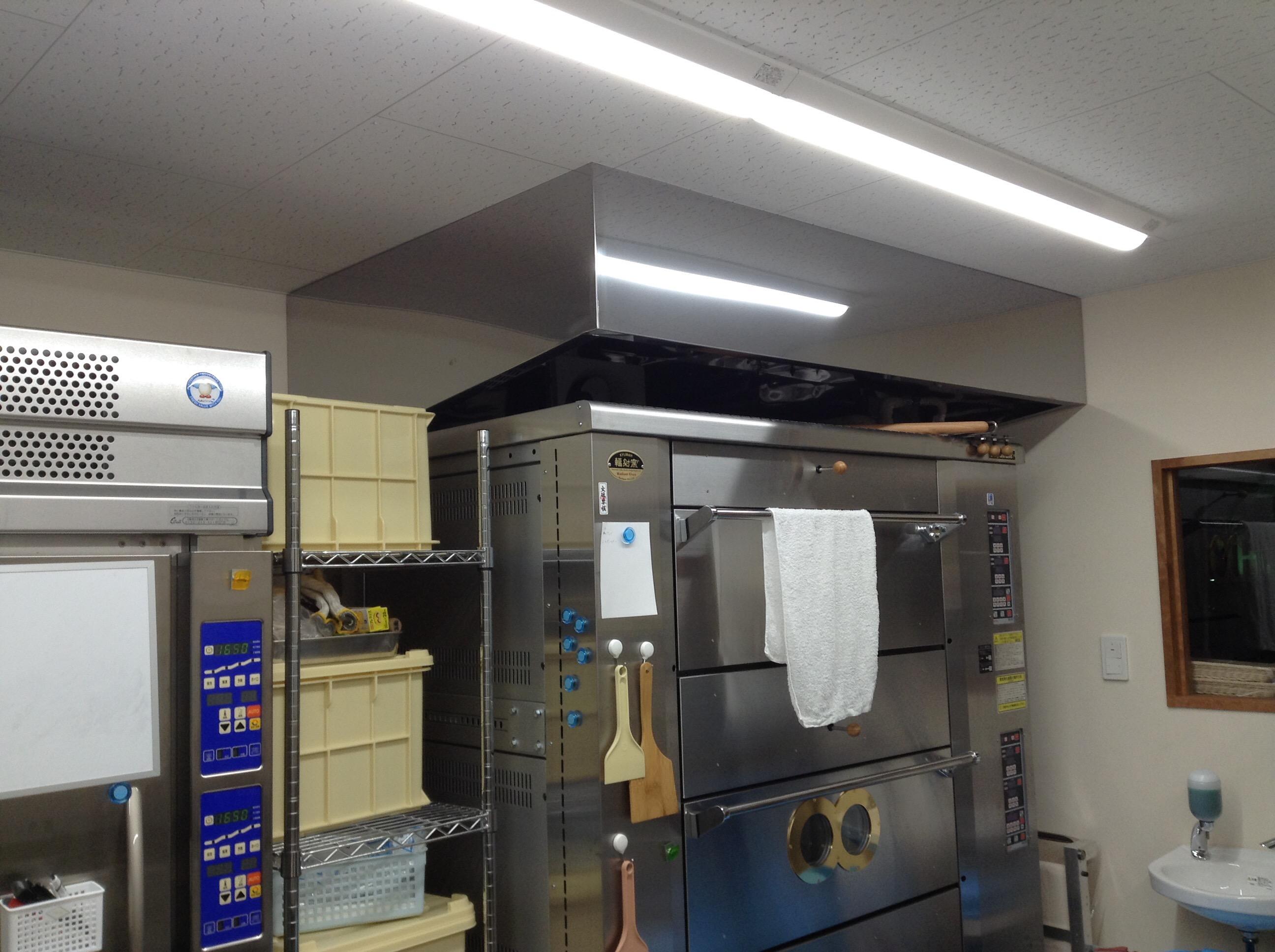 厨房ステンレスフードの下にベーカリーオーブンを設置しました。