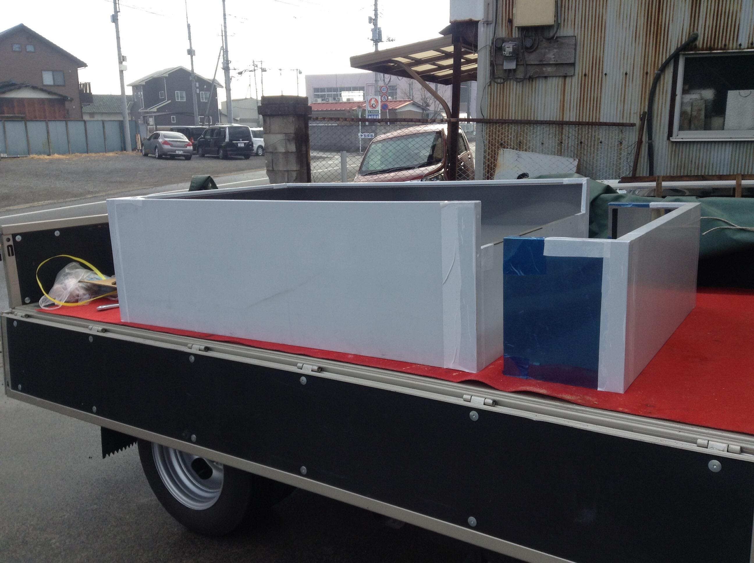 厨房ステンレスフードをトラックに載せて納品